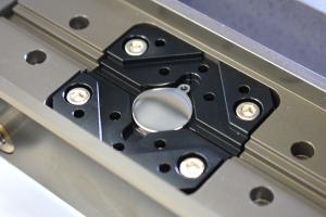Un étau de fixation facile pour différentes formes / tailles., machine gravage Magic-5P vision-technologies.fr
