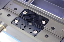 Un étau de fixation facile pour différentes formes / tailles., machine gravage Magic-2P vision-technologies.fr